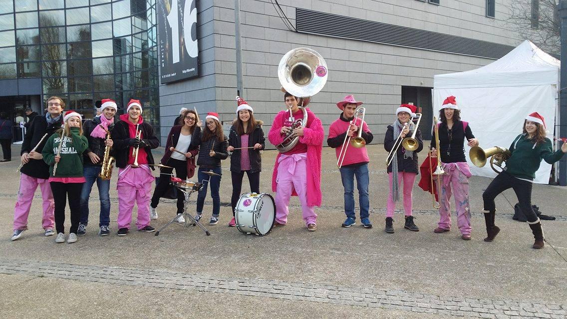 Photo des Makabés qui jouent alors que le Marché de Noël de Vélizy bat son plein !