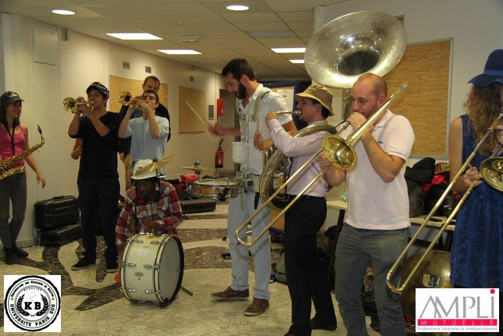 La MaKaBés qui jouent lors du gala de la semaine de parrainage de la faculté de Médecine du Kremlin Bicêtre